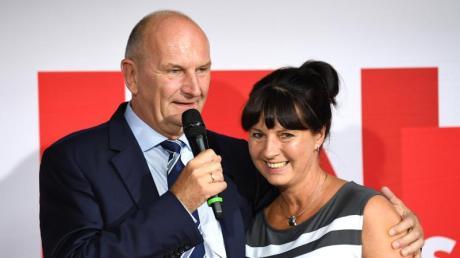 Dietmar Woidke umarmt seine Frau Susanne bei einer Ansprache auf der SPD-Wahlparty. Foto: Monika Skolimowska