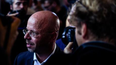Andreas Kalbitz, Spitzenkandidat der AfD für die Landtagswahl in Brandenburg, verfolgt bei der AfD-Wahlparty die Bekanntgabe erster Ergebnisse.