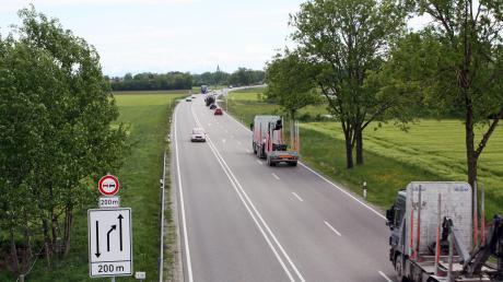 Raser haben an der B12 bei Buchloe einen unbeteiligten Autofahrer ausgebremst und verprügelt. Jetzt hat die Polizei einen der Tatverdächtigen gefasst.