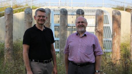 Der Damm für den Hochwasserschutz in Steindorf ist fertiggestellt: Landtagsabgeordneter Peter Tomaschko (links) und Bürgermeister Paul Wecker.