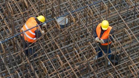 Arbeiter auf einer Baustelle: Verdient der durchschnittliche Beschäftigte in Deutschland jeden Monat 3300 Euro brutto, bekommen Zeitarbeiter nur 1900 Euro.