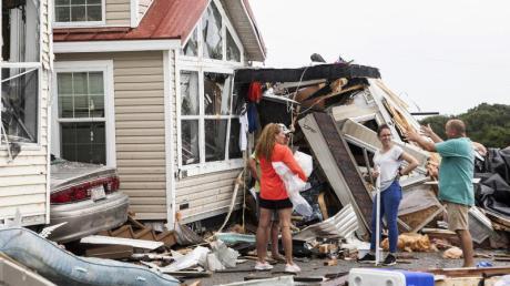Bewohner des «Boardwalk RV Park», eines Wohnwagenparks, stehen vor Trümmern eines Wagens, nachdem Hurrikan «Dorian» über das Gebiet gefegt war. Foto: Julia Wall/TNS via ZUMA Wire