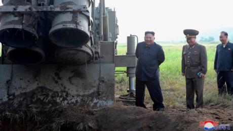 Das von der nordkoreanischen Regierung zur Verfügung gestellte Foto zeigt Nordkoreas Machthaber Kim Jong Un neben dem Mehrfachraketenwerfer.