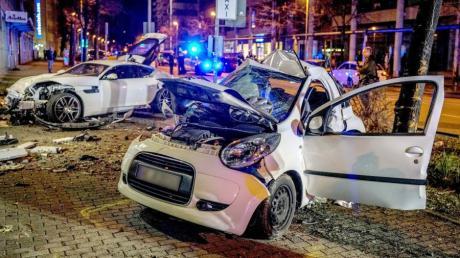 Zwei Autos stehen nach einem Zusammenprall am Straßenrand. Bei dem Zusammenstoß sind in Stuttgart zwei Menschen ums Leben gekommen.