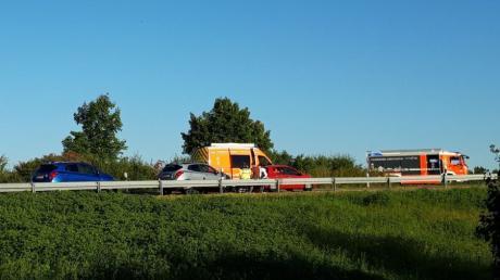 Schwerer Unfall auf der B2 bei Stettenhofen: Ein Motorradfahrer hat die Kontrolle über seine Maschine verloren und wurde von einem Auto erfasst.