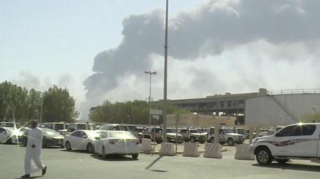 Ein Video-Standbild zeigt Rauchwolken, nachdem mehrere Drohnenangriffe unter anderem die größte Ölraffinerie in Saudi-Arabien getroffen und Brände ausgelöst haben. Foto: Al-Arabiya/AP