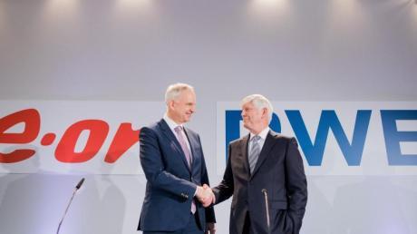 Rolf Martin Schmitz (rechts), Vorstandsvorsitzender von RWE, und Johannes Teyssen, Vorstandsvorsitzender von Eon, werden künftig noch enger zusammenarbeiten.