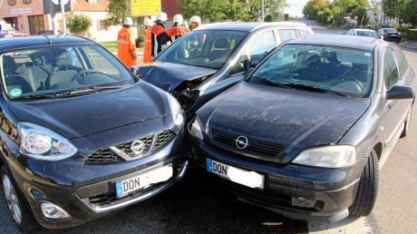Bei einem Verkehrsunfall in Wechingen mit drei Autos sind drei Menschen verletzt worden.