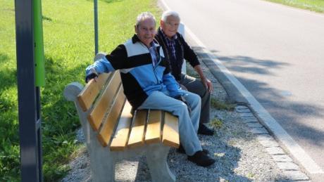 Eine gute Idee, diese Mitfahrbank, fanden diese beiden Herren – sie nahmen dann aber doch lieber das Fahrrad und posierten nur kurz für ein Foto.