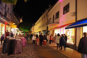 """Zahlreiche teilnehmende Geschäfte haben in der Neuburger Innenstadt im Rahmen der Langen Einkaufsnacht """"Neuburg leuchtet"""" bis 23 Uhr geöffnet."""