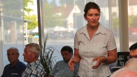 Claudia Schäfer-Rudolf bei einer Diskussionsveranstaltung zum Bahnübergang in Senden. Die 49-Jährige will ihren früheren Parteifreund Raphael Bögge an der Verwaltungsspitze ablösen.