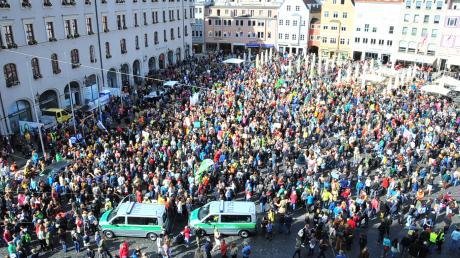 Augsburgs Rathausplatz ist voller Demonstranten.