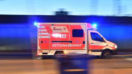 Bei einem Sturz von ihrem E-Bike zog sich eine Seniorin so schwere Verletzungen zu, dass sie ins Krankenhaus gebracht werden musste.