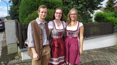 Alice Parou (Mitte) in bayerischer Tracht mit ihrem Freund Adrien und Eva Brunner, der jüngeren Tochter aus ihrer Sielenbacher Gastfamilie.
