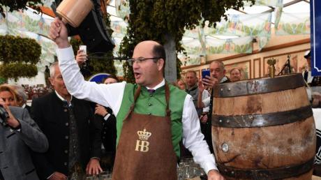 Albert Füracker (CSU), bayerischer Finanzminister, sticht im Hofbräuzelt die erste Maß an.