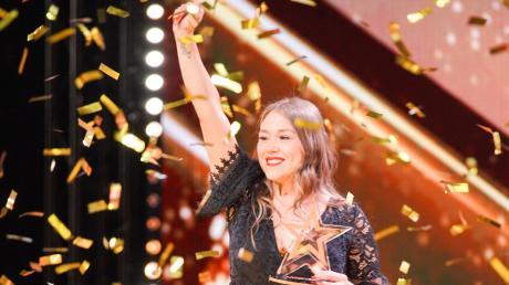 """""""Das Supertalent"""" 2019, Folge 2: Dank dem """"Goldenen Buzzer"""" von Sarah Lombardi ist Sängerin Nina Richel im Finale."""