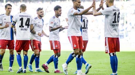 Hamburgs Spieler feiern den Treffer zum zwischenzeitlichen 2:0. Foto: Axel Heimken