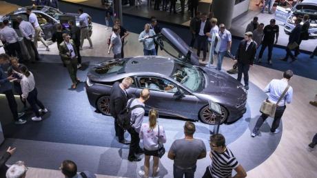 Besucher der IAA schauen sich auf dem Messestand von BMW um.