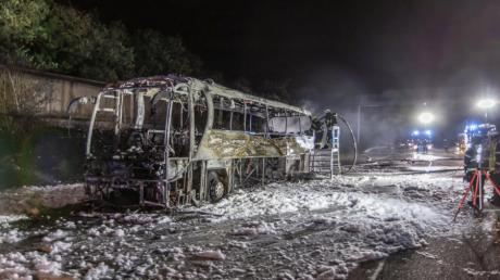 Völlig ausgebrannt steht das Wrack eines Reisebusses auf der Autobahn A8 bei Pforzheim.
