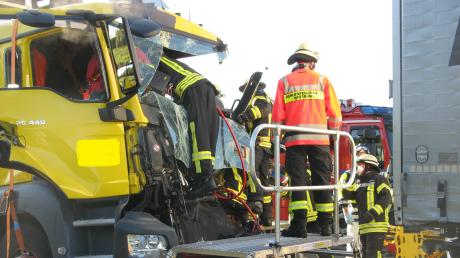 Auf der A8 hat es am Dienstagmorgen einen Unfall mit Lastwagen gegeben. Zwei Menschen wurden dabei verletzt.