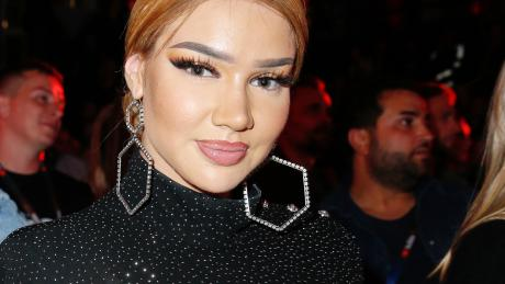 Als erste Solo-Rapperin hat sich Shirin David an die Spitze der offiziellen deutschen Charts gesetzt.