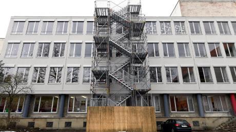 Das Peutinger-Gymnasium muss baulich saniert werden. Dringende Brandschutzmaßnahmen werfen das bisherige Konzept über den Haufen. Der Schulleiter wurde darüber zunächst nicht informiert.