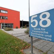 Einer der Männer, die im September aus der Klinik für Forensische Therapie und Psychotherapie des Bezirkskrankenhauses in Günzburg entwichen war, sitzt jetzt in einer Justizvollzugsanstalt ein.