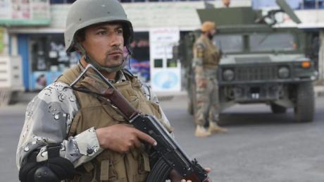 Afghanische Soldaten stehen in der Nähe eines Wahllokals Wache. Mehr als 72.000 Soldaten, Polizisten und Geheimdienstmitarbeiter sollen die Wahl sichern.