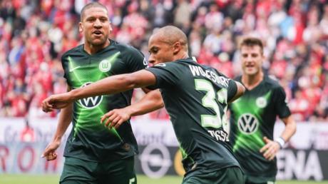 Der Wolfsburger Marcel Tisserand (M) bejubelt sein Tor zum 0:1. Foto: Frank Rumpenhorst