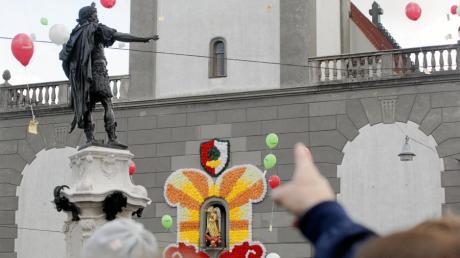 Beim Turamichele-Fest in Augsburg sind tausende Luftballons aufgestiegen.