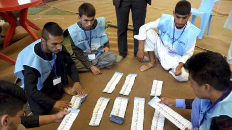 Bei der Präsidenschaftswahl in Afghanistan zählen Wahlhelfer in Kabul Stimmen aus. Nicht zuletzt wegen massiver Drohungen der Taliban gab es nur eine geringe Wahlbeteiligung. Foto: Ebrahim Noroozi/AP