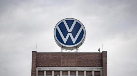 Dunkle Wolken über dem Verwaltungshochhaus des Volkswagen-Werks in Wolfsburg.