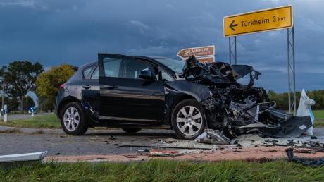 Der 82-jährige Autofahrer wurde leicht Verletzt. Der 25-jährige Motorradfahrer kam mit schwersten Verletzungen ins Krankenhaus.