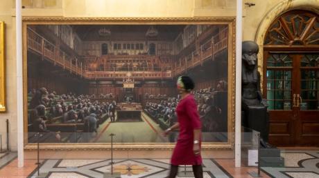 """Für gut elf Millionen Euro wurde das Banksy-Gemälde """"Devolved Parliament"""" bei Sotheby's versteigert."""