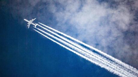 Konkret soll die Luftverkehrsteuer für Flüge im Inland und in EU-Staaten um rund 3 Euro steigen. Foto: Federico Gambarini/dpa