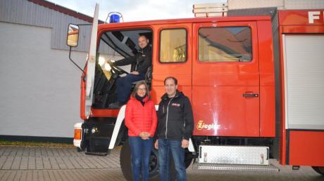 Bernadette Finkl ist Christian Sinning (links) und Andreas Korn (rechts) für ihren Einsatz bei der Freiwilligen Feuerwehr Bissingen auch zwei Jahre nach dem Brand in ihrem Keller noch sehr dankbar.