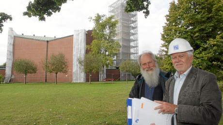 Pfarrer Dietrich Tiggemann (links)und Bauingenieur Peter Schindler beugen sich über die Pläne zur Sanierung von St. Thomas. Bis Weihnachten sollen die Arbeiten beendet sein.