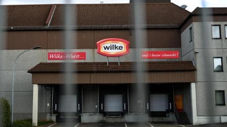 Heruntergelassene Rolltore beim Fleischhersteller Wilke Wurstwaren. Foto: Uwe Zucchi/dpa