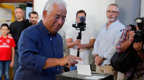 Antonio Costa, amtierender Premierminister Portugals und Kandidat der Sozialistischen Partei, wirft seinen Stimmzettel im Wahllokal ein.