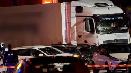 Ein Polizist dokumentiert mit einer Kamera die Unfallstelle in Limburg.
