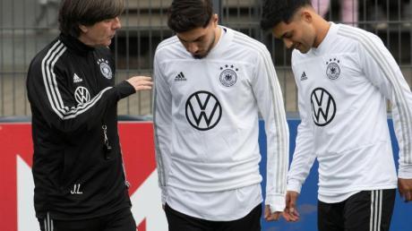 Muss improvisieren: Bundestrainer Joachim Löw mit den beiden Neulingen Suat Serdar und Nadiem Amiri (l-r). Foto: Bernd Thissen/dpa