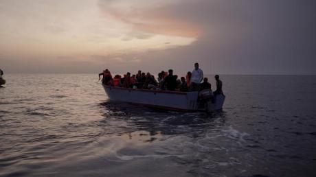 Flüchtlinge auf einem überfüllten Holzboot im Mittelmeer.