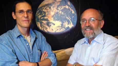 Für die Erforschung des Kosmos gewinnen drei Astronomen den Physik-Nobelpreis. Die Schweizer Michel Mayor (r) und Didier Queloz dürfen sich freuen. Foto: Laurent Gillieron/KEYSTONE/dpa