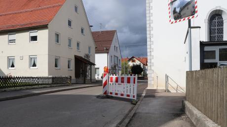 Vorsicht, Engstelle: Kürzlich wurde der lange erwartete Gehweg an der Antonius-Kirche in Tiefenbach angelegt. Dadurch ist die Graf-Kirchberg-Straße in dem Bereich deutlich schmaler geworden.