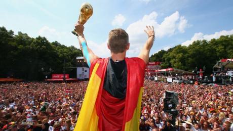 Sportliches Glück: Nach dem Gewinn des Weltmeistertitels 2014 vor den Fans in Berlin.