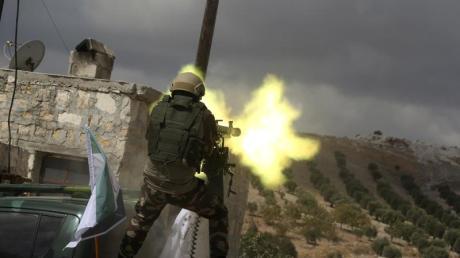 Ein Soldat der «Freien Syrischen Armee», die von der Türkei unterstützt wird, beim Training an einem schweren Maschinengewehr. Foto: Str/AP/dpa