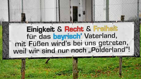Das Thema Flutpolder sorgt in Gremheim für Protest, wie dieses Plakat am Ortseingang zeigt.