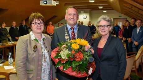 Der neue Bürgermeister von Kaufering Thomas Salzberger mit seinen Stellvertreterinnen Gabriele Hunger (links) und Gabriele Triebel (rechts)