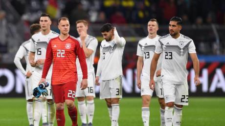 Gang in die Kurve: Die DFB-Elf bedankt sich bei den Fans in Dortmund. Foto: Marius Becker/dpa
