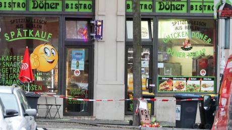 Absperrband der Polizei hängt vor dem Dönerladen in Halle. Foto: Jan Woitas/dpa-Zentralbild/dpa